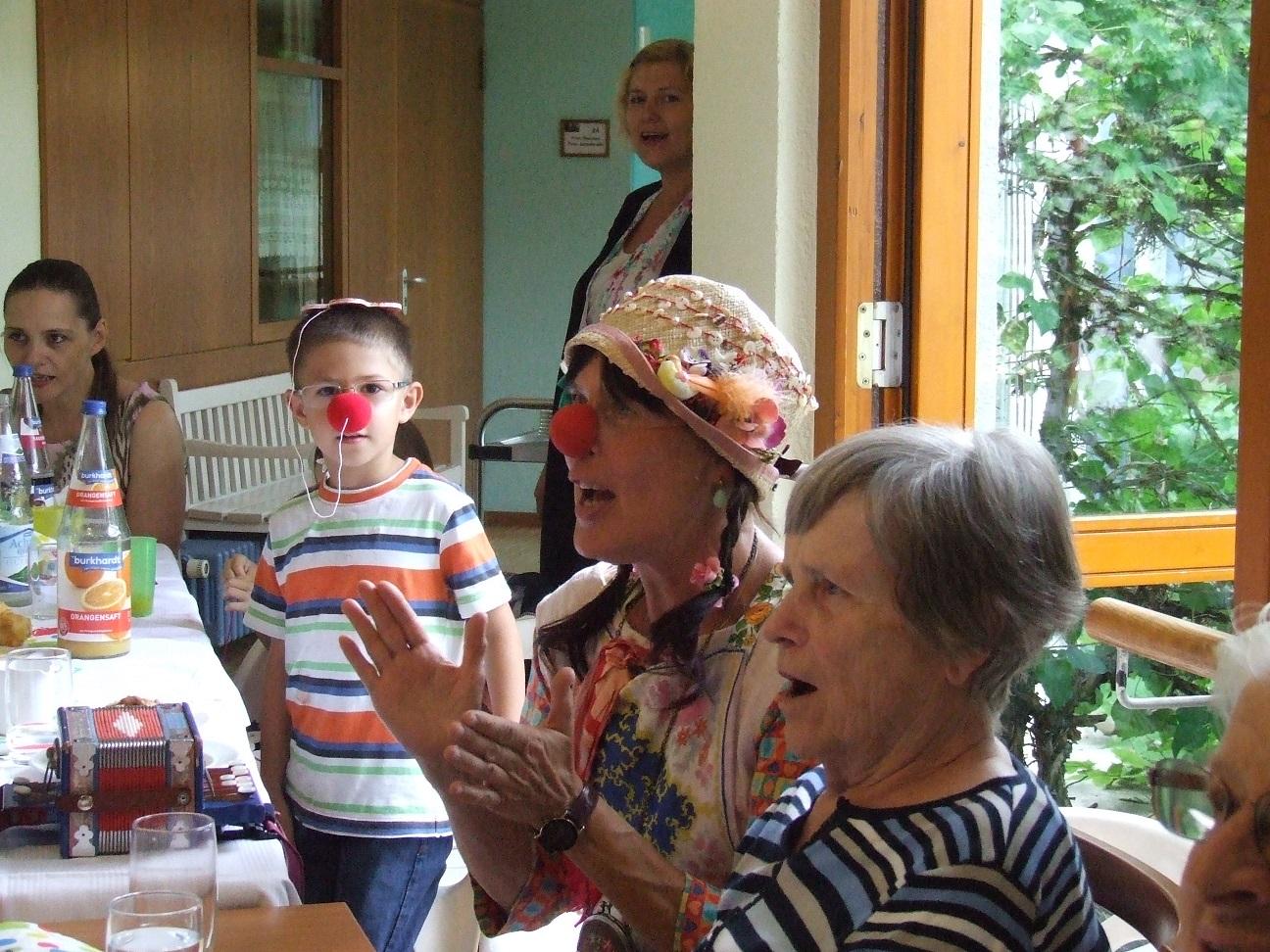 Sommerfest Humor verbindet Generationen